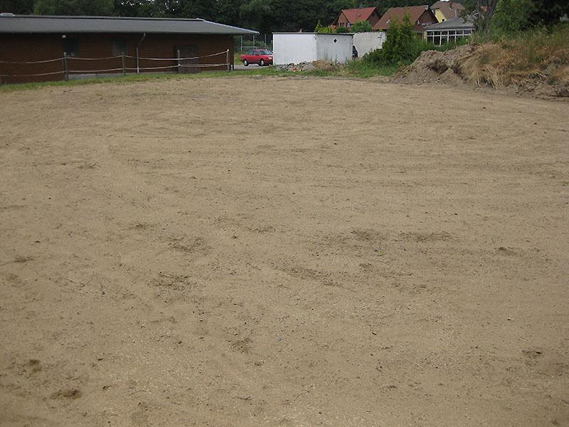 Sandplatz mit eingesätem Rasen