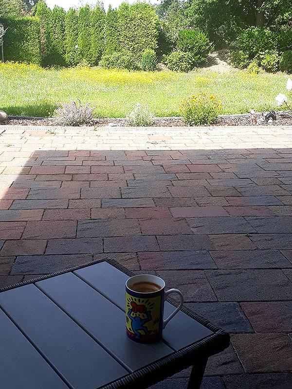 Terassenausblick mit Kaffee