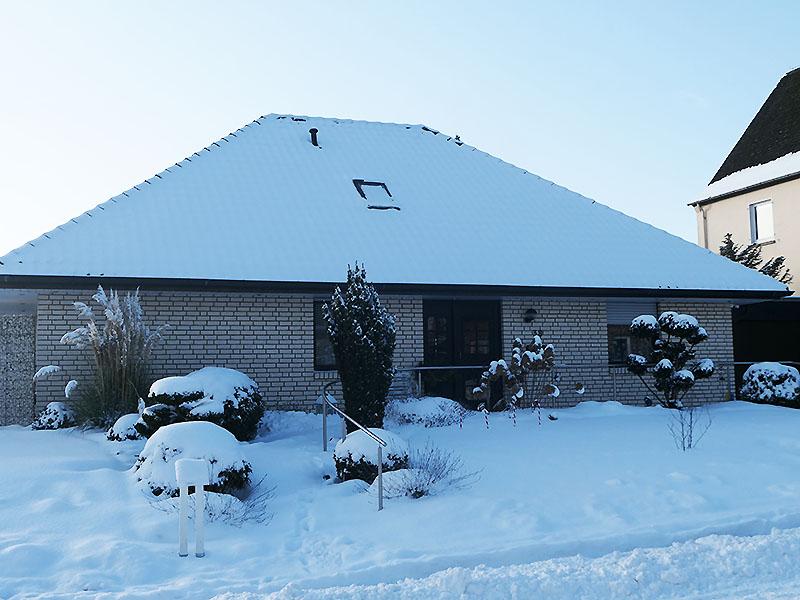 Vorgarten im Schnee im Februar